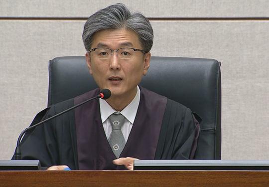 Thẩm phán Kim Se-yun đọc phán quyết. Ảnh: Yonhap