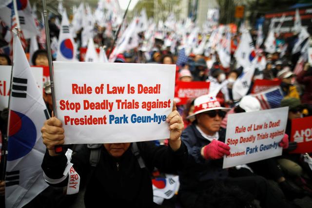 Các thành viên nhóm dân quyền bảo thủ ủng hộ bà Park Geun Hye tập trung bên ngoài tòa án ở Seoul ngày 6/4 để ủng hộ bà cựu tổng thống với các biểu ngữ yêu cầu ngừng xét xử bà Park. Ảnh: REUTERS