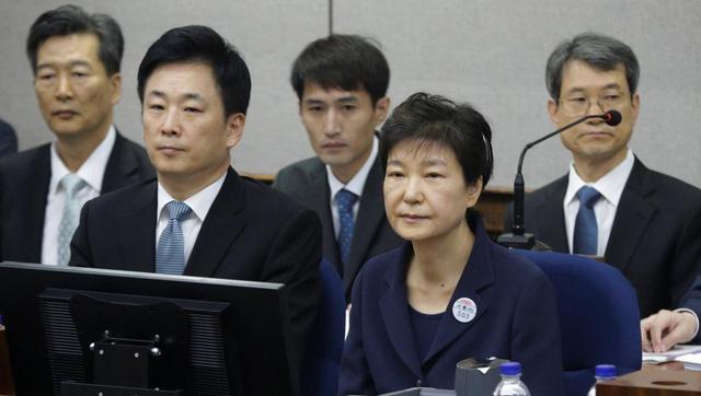 Cựu tổng thống Hàn Quốc bà Park Geun Hye (phải, hàng đầu) trong phiên tòa tại Seoul, ngày 23/5/2017 - Ảnh: REUTERS