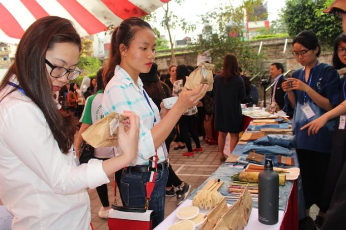 Tại lễ phát động có rất nhiều tổ chức vì môi trường tham gia trưng bày, giới thiệu các sản phẩm có nguồn gốc tự nhiên, không sử dụng túi nilon.