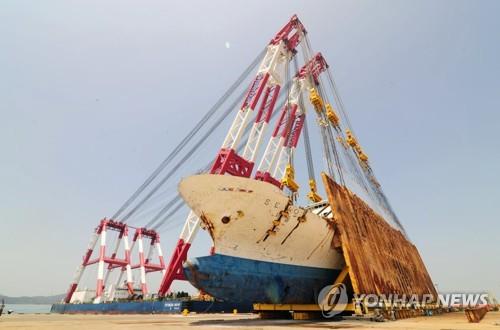 Để dựng đứng thân Phà, cầu trục trên biển nặng 10.000 tấn đã được huy động để hỗ trợ. Ảnh: Yonhap