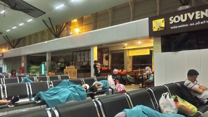 Nhiều hành khách bay Vietnam Airlines nằm vật vờ tại sân bay do bị chậm, hủy chuyến từ 20h tối ngày 14/5 đến tận 3h sáng ngày 15/5. Ảnh: Hà Phương/GDXH