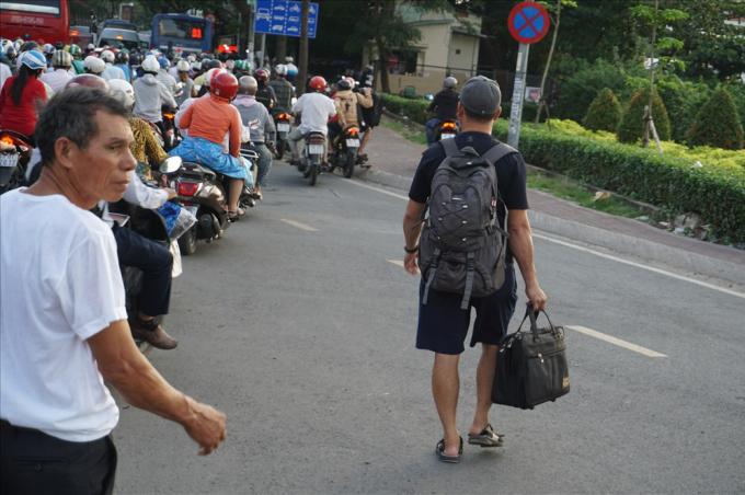 Sợ trễ giờ, hành khách xuống taxi đi bộ vào bến xe Miền Đông