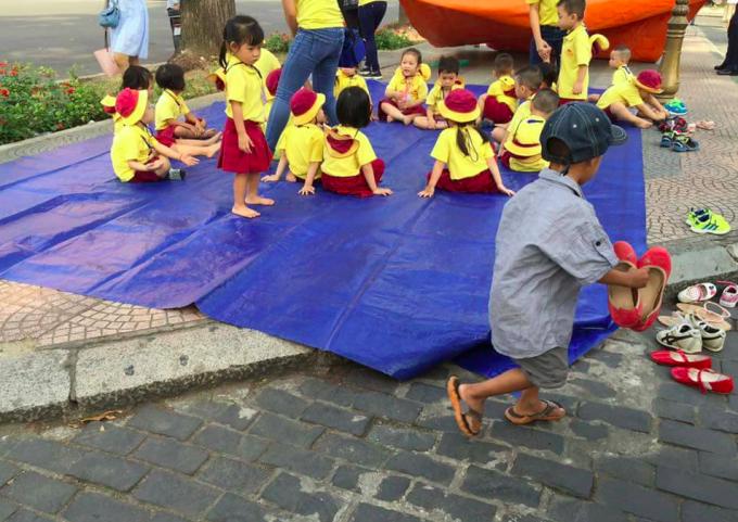 Hành động xếp giày ngay ngắn cho các bạn nhỏ đi dã ngoại của nhóc Đạt đã khiến rất nhiều người yêu mến.