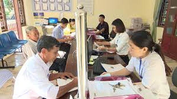 Người dân đến làm thủ tục hành chính tại bộ phận tiếp nhận hồ sơ và trả kết quả tại UBND xã.