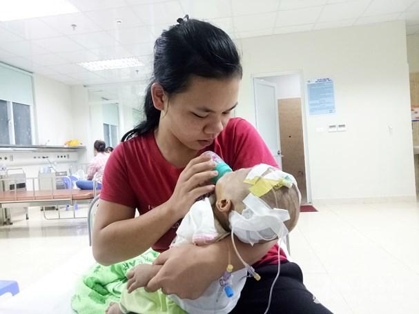 Chị Thao bên Tuấn Anh tại Bệnh viện Nhi Trung ương. Ảnh: Diệp Phương