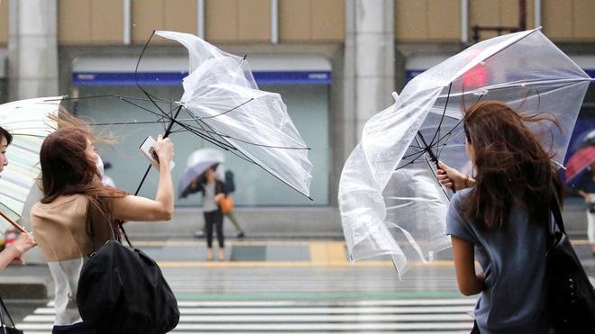 Nhật Bản: Người giao pizza suýt bị thổi bay khi giao hàng trong siêu bão