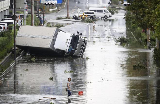 Một vài hình ảnh về sức tàn phá khủng khiếp của siêu bão Jebi tại Nhật Bản vừa qua.