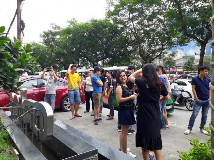 Nhiều người dân ở Tòa nhà 18 Tam Trinh nháo nhào khi xảy ra rung lắc. Ảnh: Linh Mon