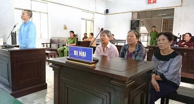Người thân bị hại tại phiên xét xử.