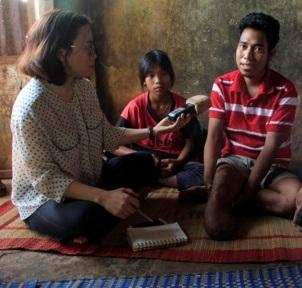 Anh Rơ Mah Binh (ngoài cùng bên phải) bị cắt cụt cẳng chân phải vì chữa bệnh ở nơi không được cấp phép.