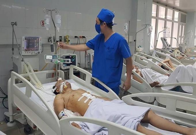 Một trong số hai người bị thương sau hỗn chiến đang cấp cứu tại bệnh viện.