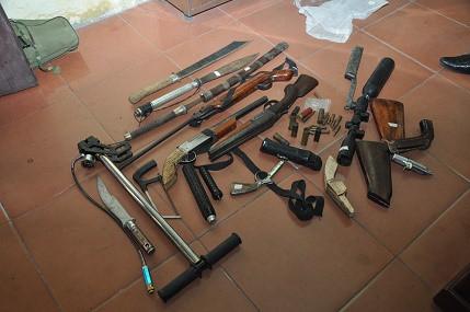 Lực lượng công an cũng phát hiện và thu giữ 3 khẩu súng và nhiều đạn của súng quân dụng: K54, AK; trung liên RPD… nhiều dao kiếm các loại. Ảnh: Công an tỉnh Hải Dương
