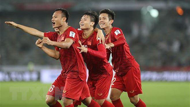 Các cầu thủ Việt Nam ăn mừng bàn thắng thứ hai ở phút 42. (Ảnh: Hoàng Linh/TTXVN