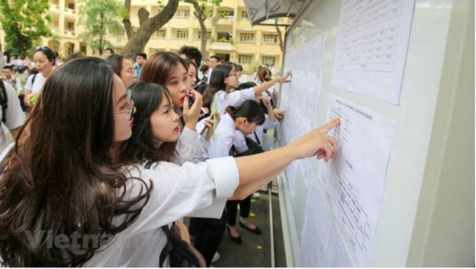 Thí sinh xem thông tin dự thi trong kỳ thi trung học phổ thông quốc gia. Ảnh Vietnam+