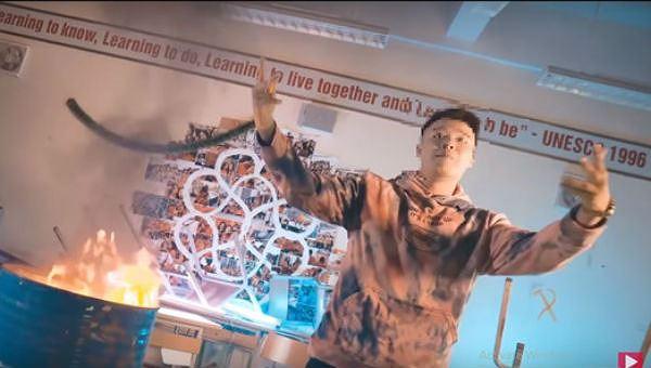 Cảnh trong MV bị tố sử dụng sách vở của học sinh.