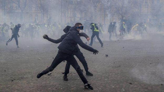 Hình ảnh những người biểu tình liên tục ném đá vào cảnh sát tại Đài tưởng niệm chiến tranhArc de Triomphe. (Nguồn: AFP)