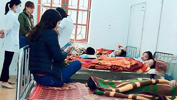 7 em học sinh được điều trị khi có triệu chứng đau bụng, buồn nôn nghi ngộ độc thực phẩm (Ảnh: Hoàng Nam)