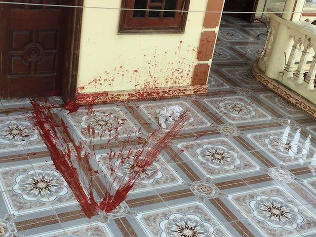 Trước khi thực hiện đáp bom xăng đốt nhà dân, nhóm côn đồ thường xuyên khủng bố nhà ông Kỳ bằng chất bẩn và gạch đá.