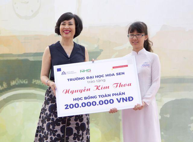 Với thành tích học xuất sắc của mình, Nguyễn Kim Thoa vừa nhận học bổng toàn phần của trường ĐH Hoa Sen.