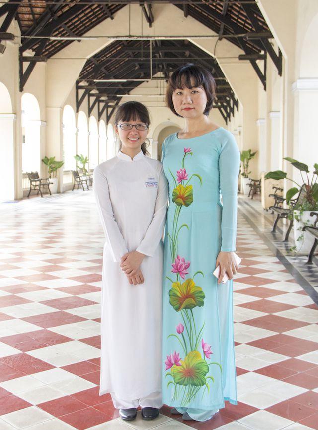 Cô trò nhỏ Kim Thoa bên cô giáo chủ nhiệm của mình