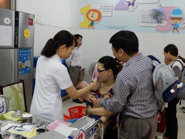 Trẻ tiêm chủng tại Trung tâm kiểm soát bệnh tật Đà Nẵng