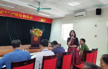 Bà Nguyễn Hồng Thúy là trưởng Trạm Y tế phường Cống vị đóng góp ý kiến
