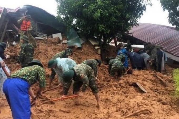Mưa lũ gây sạt lở đất, cướp đi hàng chục sinh mạng người dân và chiến sĩ quân đội. Ảnh: PCTT