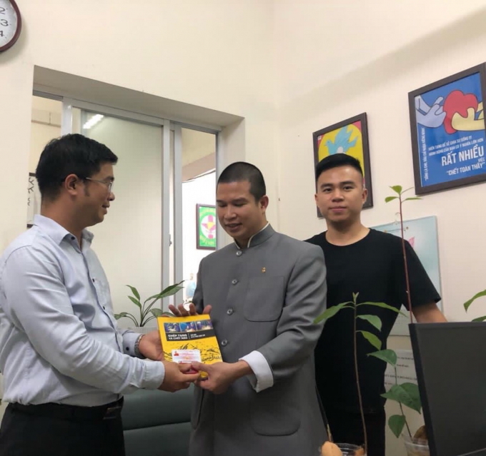 Ông Nguyễn Ngọc Tuấn Anh - Cán bộ Trung tâm Điều phối ghép Tạng Quốc gia trao thẻ và logo hiến tạng đến Thầy Dhammananda Thích Phước Ngọc.