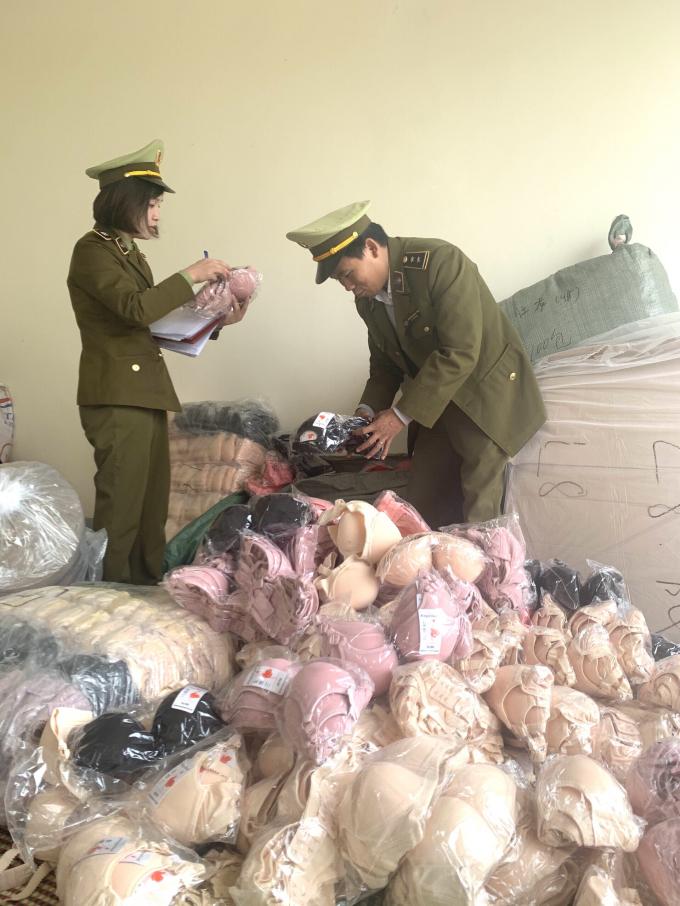 Vận chuyển gần 2.700 sản phẩm không nhãn phụ và nguồn gốc xuất xứ bị thu giữ tại Sơn La. Cục QLTT Sơn La