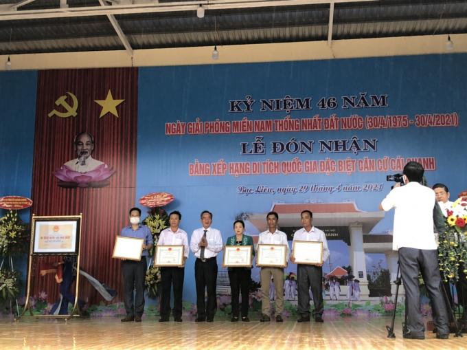 ong Lu Van Hung - Bi thu trao  khen