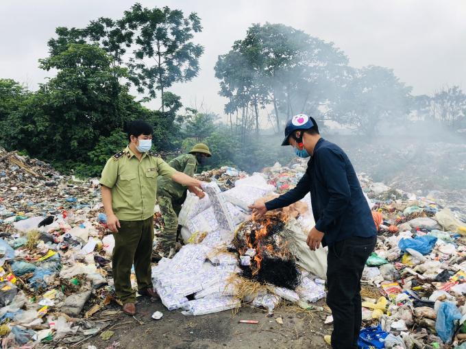Lực lượng chức năng tiêu hủy hàng hóa vi phạm. Ảnh Cục QLTT Vĩnh Phúc