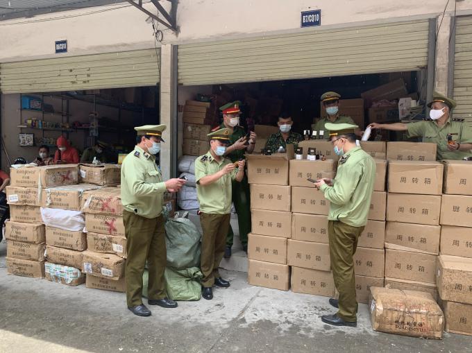 Lực lượng chức năng kiểm đếm hàng hóa vi phạm. Ảnh Cục QLTT Lạng Sơn