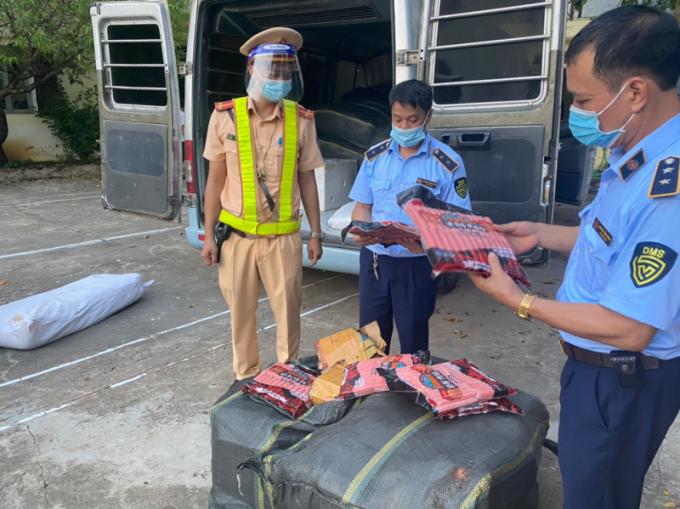 Lực lượng chức năng tỉnh Lạng Sơn kiểm tra hàng hóa vi phạm.