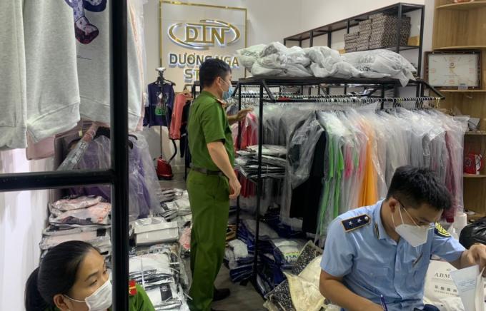 Gần 200 bộ quần áo có dấu hiệu giả mạo nhãn hiệu bị phát hiện tạm giữ tại Bắc Ninh. Cục QLTT Bắc Ninh