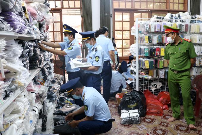 Lực lượng chức năng kiểm tra tại Hộ kinh doanh Nguyễn Thị Hoài. Ảnh Cục QLTT Quảng Bình