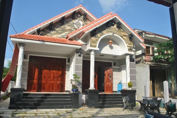 Ngôi nhà này của ông Hồ Minh Nhựt (46 tuổi, thôn Háo Đức), chủ vườn mai lớn nhất thôn, giá trị khoảng 1,6 tỉ đồng. Nhờ cây mai, ở xã Nhơn An bây giờ những ngôi nhà thế này mọc lên ngày càng nhiều.