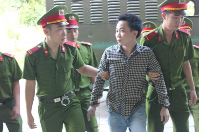 Trần Xuân Vinh thất thần trước ống kính phóng viên.