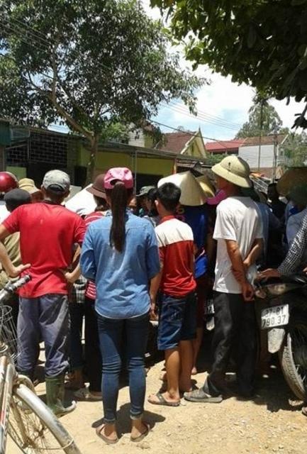 Người dân vây nhà bà Hà để đòi nợ từ sáng sớm ngày 27/5/2016 đến chiều tối vẫn chưa giải tán.