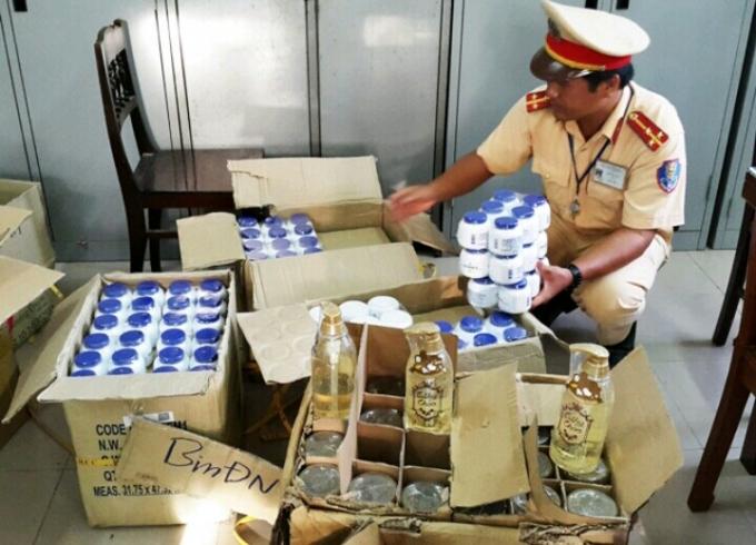 Lực lượng cảnh sát giao thông tiến hành kiểm đếm số tang vật trên xe khách.
