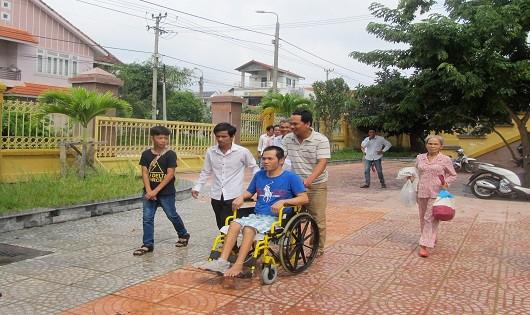 Bị cáo Nguyễn Gia Hải được người thân đẩy xe lăn đến phiên tòa xét xử. (Ảnh: PLVN)