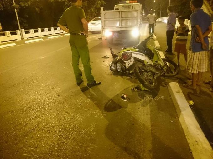 Huế: Hai xe máy va quệt tại chân cầu Vỹ Dạ, tài xế may mắn thoát chết
