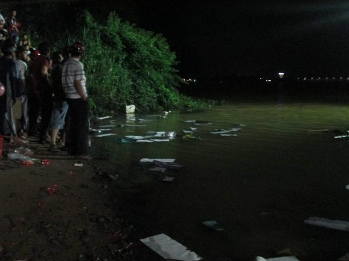 Người thân rãi vàng mã xuống sông mong sớm tìm ra tung tích nạn nhân trong đêm (4/10).