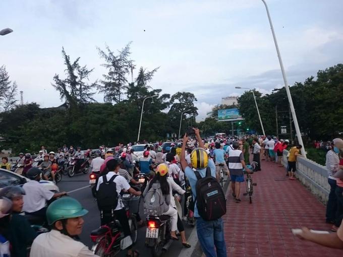 Vụ việc khiến giao thông trên cầu Phú Xuân ùn tắc.