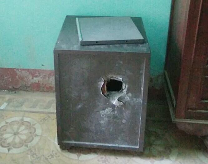 Két sắt tại phòng Kế toán của UBND xã Thượng Long bị trộm đục 1 lỗ.
