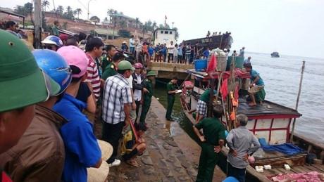 Nạn nhân vụ chìm tàu được tàu cá đưa vào Cảng Cửa Tùng. Ảnh: Thanh niên.