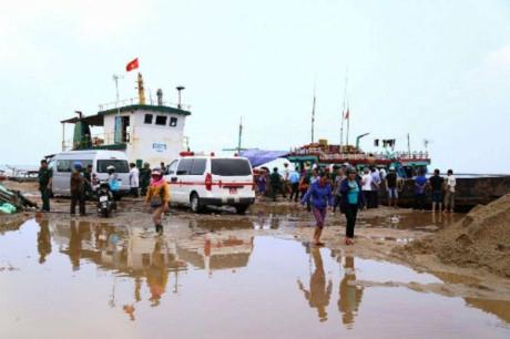 Xe cứu thương được huy động để đưa các nạn nhân đi cấp cứu - (Ảnh: VNE)