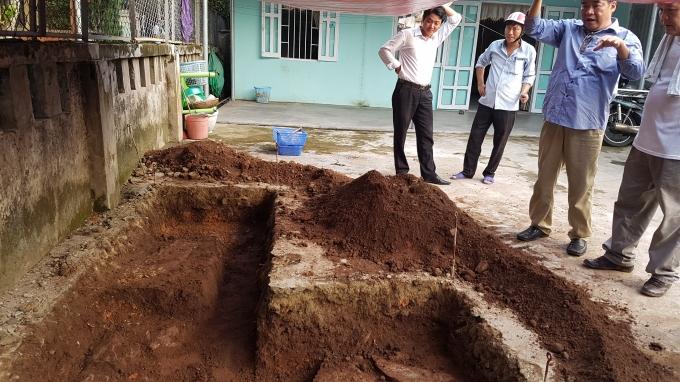Rất có thể đây là dấu vết các lớp đá móng tường thành xưa ở hố khảo cổ này.