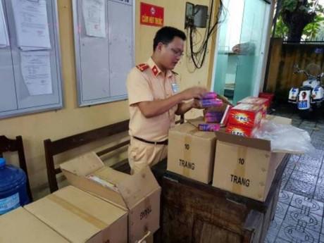 CSGT Thừa Thiên - Huế bắt giữ hơn 1.000 quả pháo điện trên xe khách giường nằm. (Ảnh: GT)
