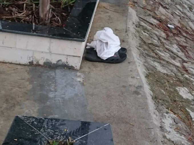 Nhân chứng cho rằng áo và đôi dép trên bờ kè là của người đàn ông để lại trước khi nhảy xuống sông.